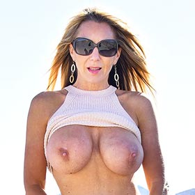 Ainslee DIvine Flashing her Big Boobs