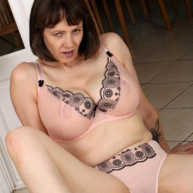 Tigger Busty Mature With Amazing Naturals