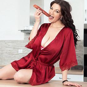 Vanessa Y Busty Horny Housewife